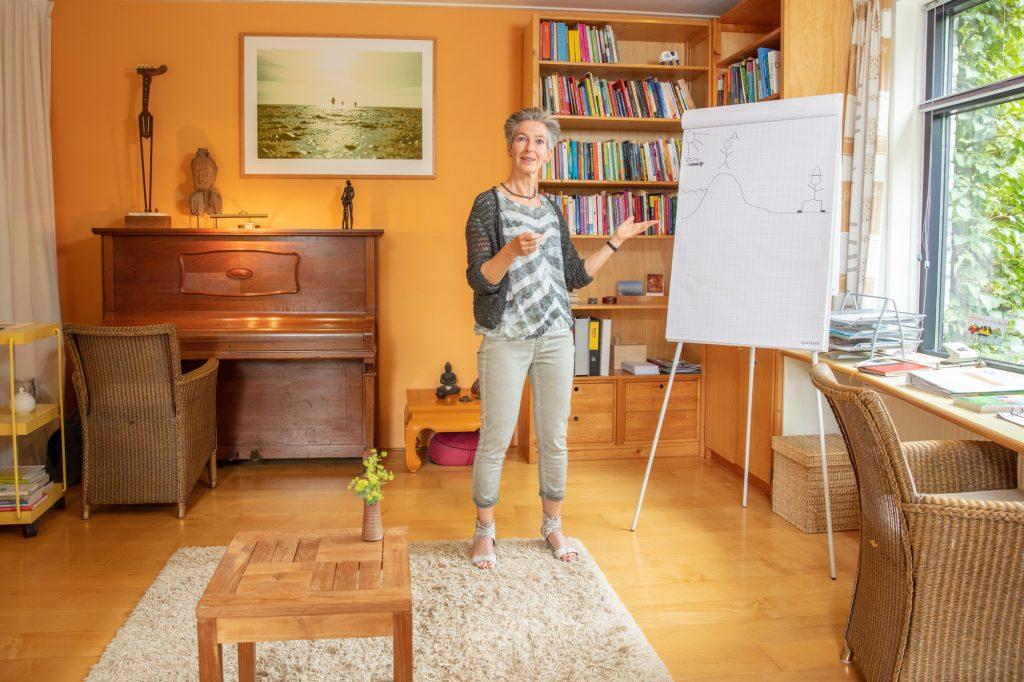 Mieke de Maaré in haar coachingsruimte bij flip-over
